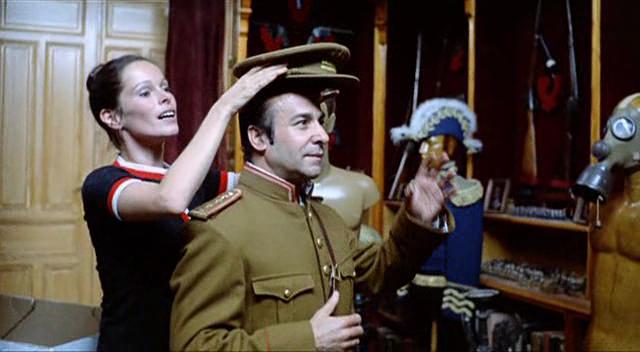 Ana y los lobos - Geraldine Chaplin con Prada de uniforme