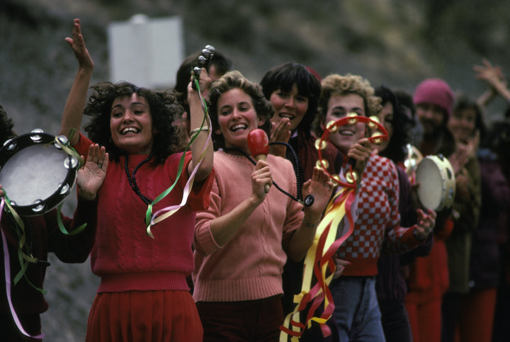 Membres de la secte Rajneeshpuram célébrant l'arrivée de leur guru Bhagwan Shree Rajneesh en Oregon aux Eats-Unis, en septembre 1985. (Photo by Matthew NAYTHONS/Gamma-Rapho via Getty Images)