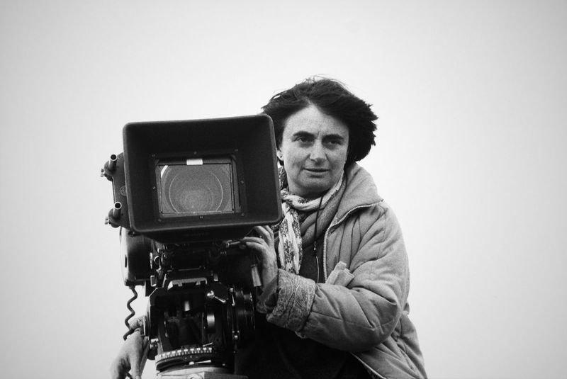 Portrait de la réalisatrice Agnès Varda derrière sa caméra sur le tournage du film 'Sans toit ni loi' en 1985 en France. (Photo by Micheline PELLETIER/Gamma-Rapho via Getty Images)