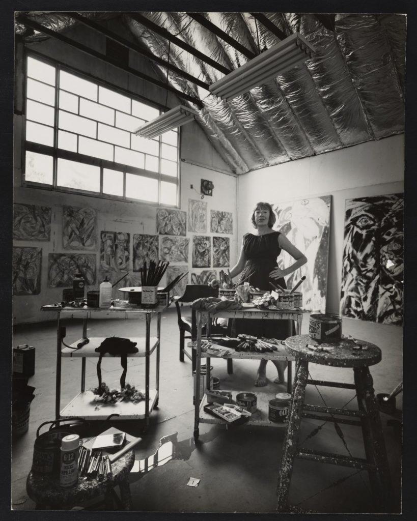 Foto de la artista Lee Krasner en su estudio