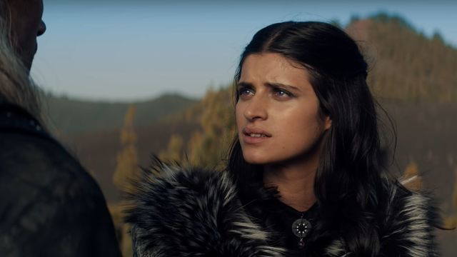 Anya Chalotra como Yennefer en The Witcher de Netflix