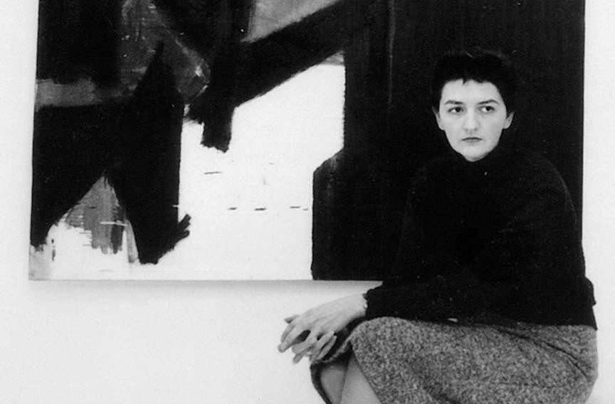 Retrato de la pintora Judith Godwin delante de una de sus obras