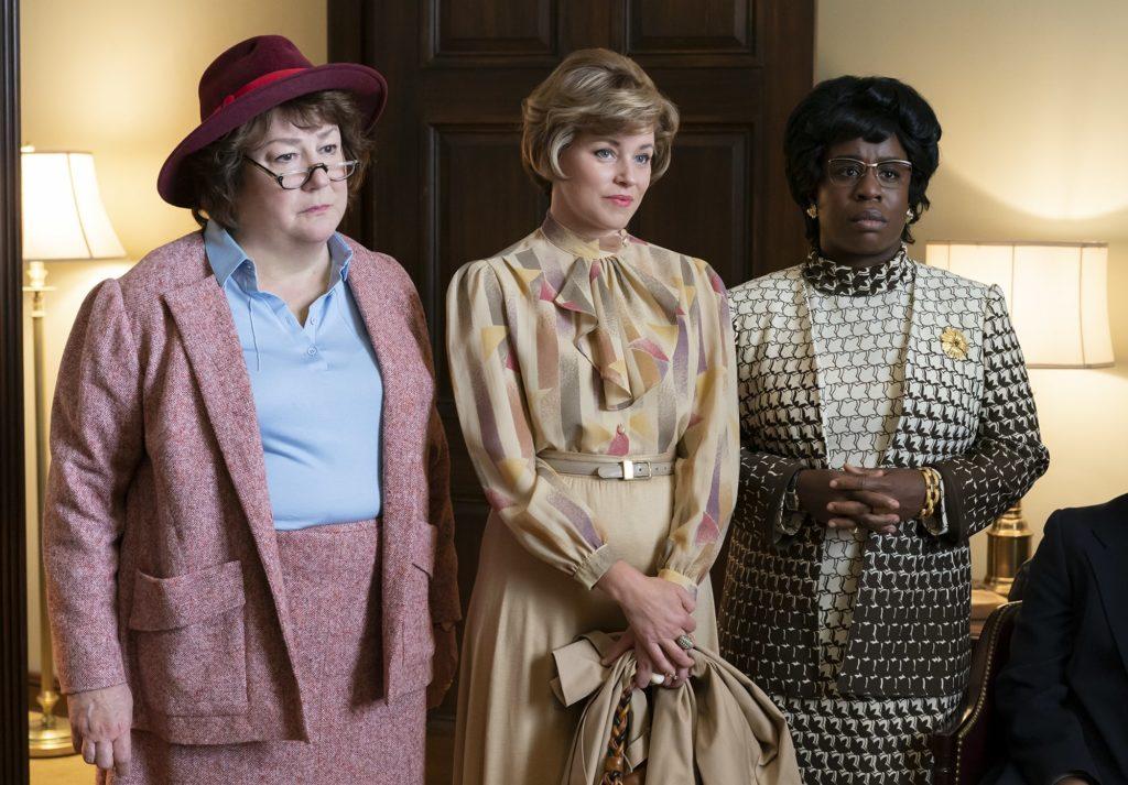 Imagen de Margto Martindale, Elizabeth Banks y Udo Aduba la serie de HBO Mrs. America
