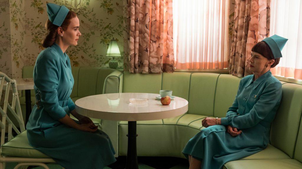 Sarah Paulson y Judy Davis en una escena de Ratched