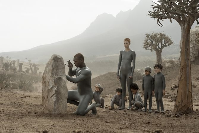 Escena de Raised by Wolves con Amanda Collin y Abubakar Salim como Madre y Padre y los pequeños niños que cuidan como sus hijos