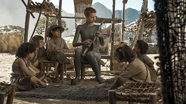 Escena de la serie con Amanda Collin y los niños que interpretan a sus hijos humanos