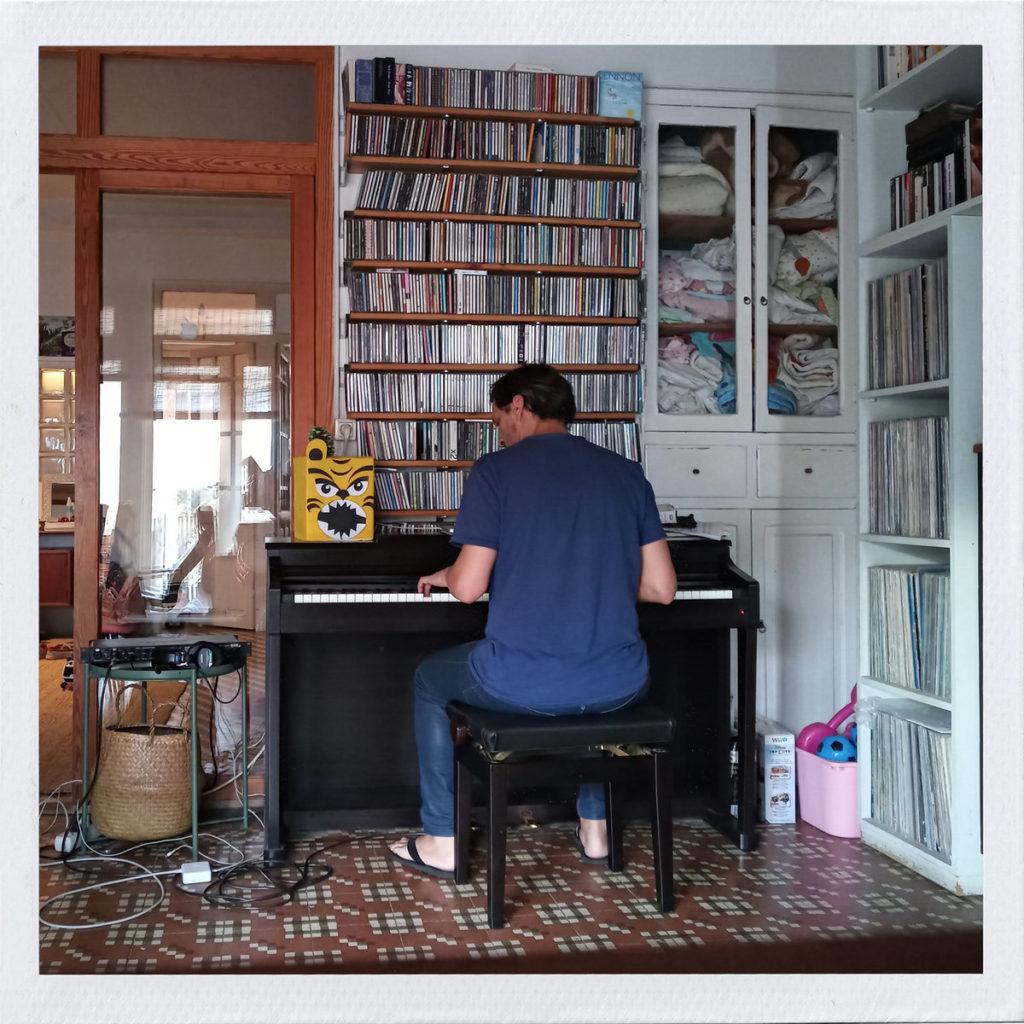 Imagen de Gonzalo Fuster grabando su disco Almacenero Marx en el piano de su casa.