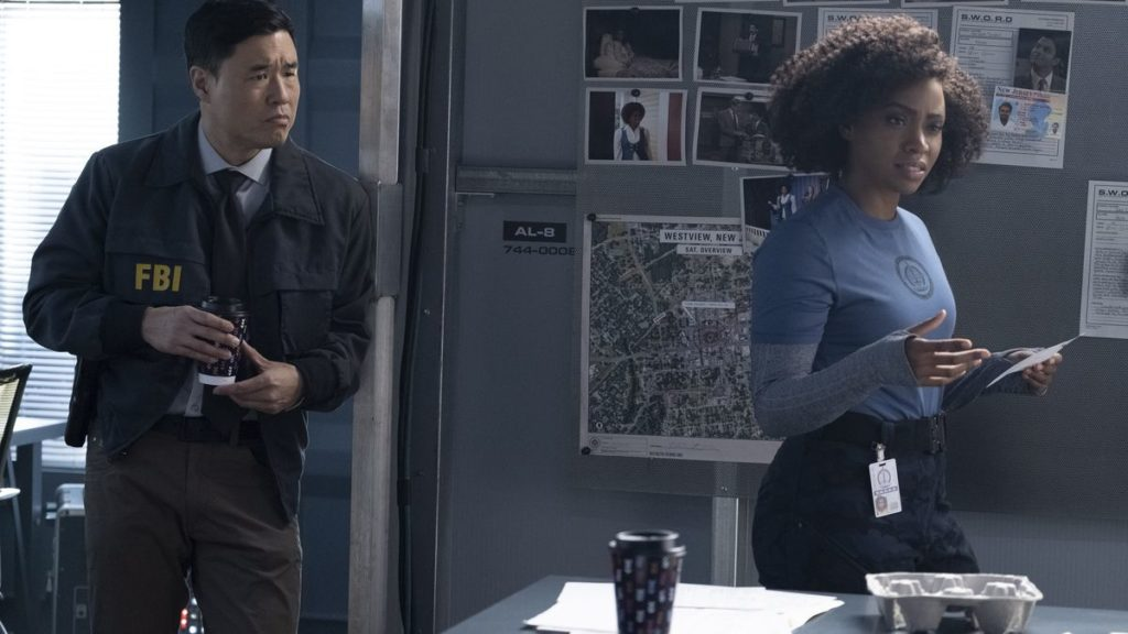 Imagen de Teyonah Parris como Monica Rambeau y Randall Park como Jimmy Woo en WandaVision