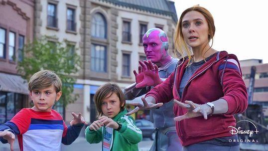 Imagen de Elizabeth Olsen como Wanda Maximoff y Paul Bethany como Vision en WandaVision