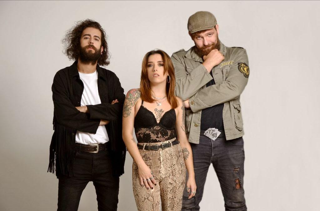 Retrato de la banda Jodie Cash con sus tres miembros Jodie Cash, Toni Espelta y Toni del Amo