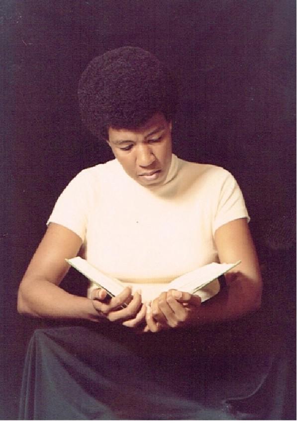 Fotografía que muestra a la autora de Ritus de l'edat adulta, Octavia E. Butler leyendo.